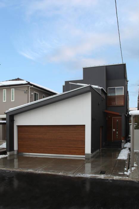 THE HOUSE WITH CAR-GARAGE IN ICHINOMIYA CITY JAPAN 株式会社 アトリエ創一級建築士事務所 モダンな 家