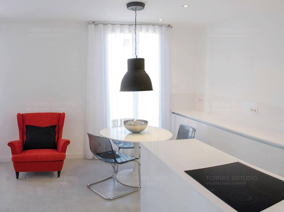 Cocina-comedor integrada con el salón: Cocinas de estilo  de Torres Estudio Arquitectura Interior