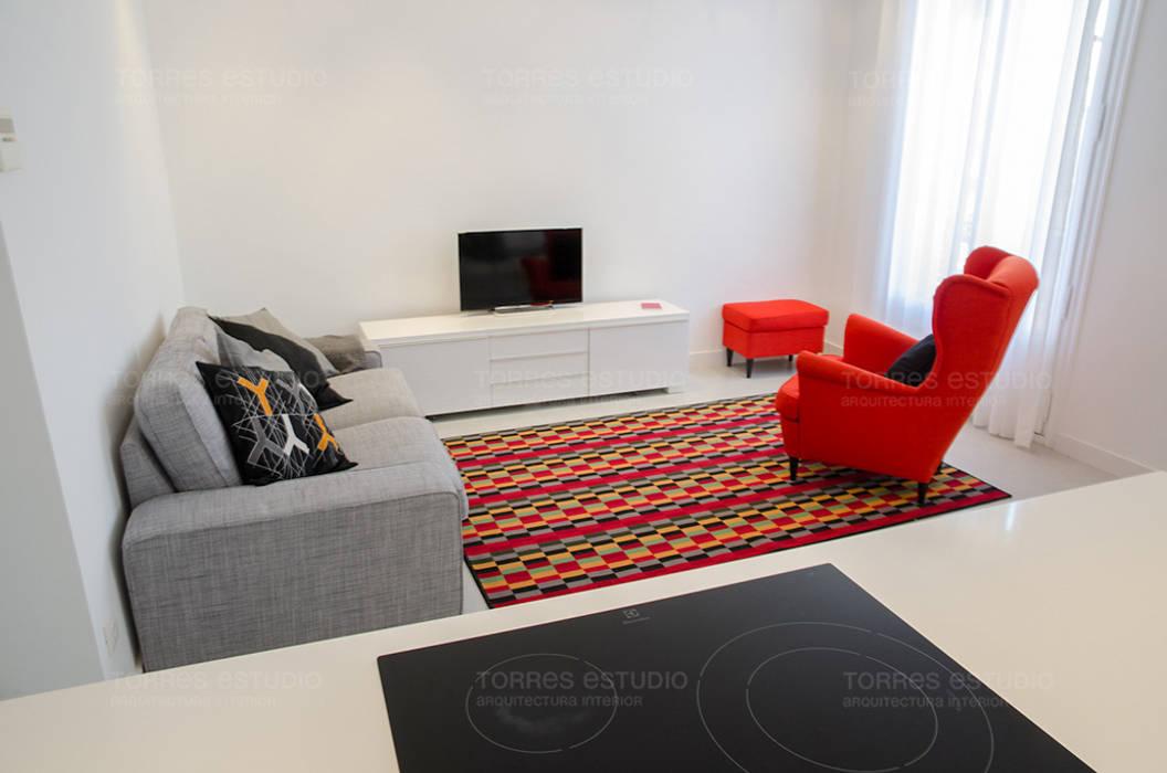 Cocina-comedor integrada con el salón: Salones de estilo minimalista de Torres Estudio Arquitectura Interior