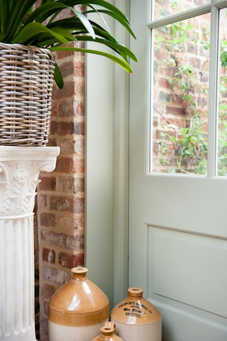 Welcoming Family Home:  Walls by Simone Barker Interiors,