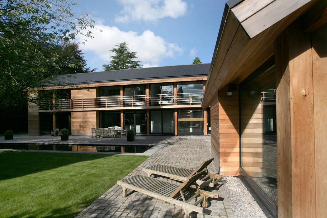 Cedarwood Eklektyczne domy od Nicolas Tye Architects Eklektyczny
