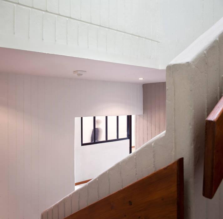 Puit de lumière éclairant l'escalier: Ecoles de style  par Hélène Reinhard / Atelier CAIROS architectes et paysagistes associés
