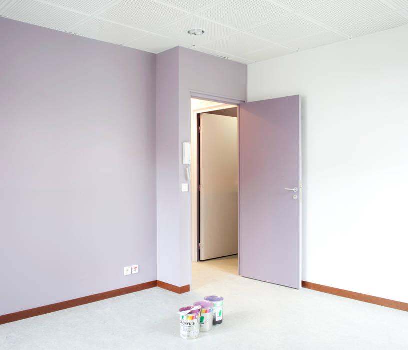 Une couleur pour chaque association Espaces de bureaux minimalistes par Hélène Reinhard / Atelier CAIROS architectes et paysagistes associés Minimaliste