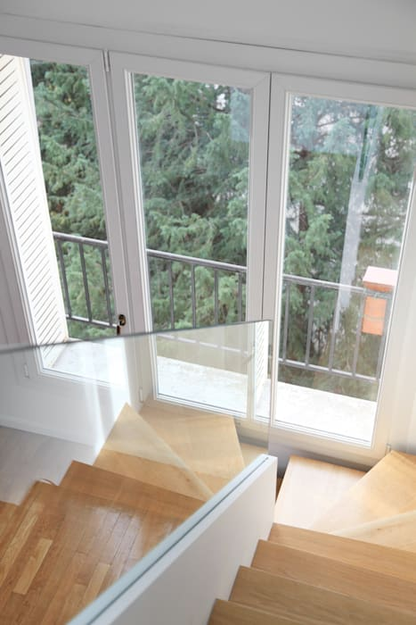 Création d'un escalier Couloir, entrée, escaliers modernes par BuroBonus Moderne