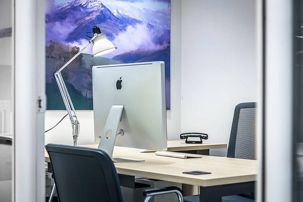 Rehabilitación de oficinas en Bilbao.: Estudios y despachos de estilo moderno de URBANA 15