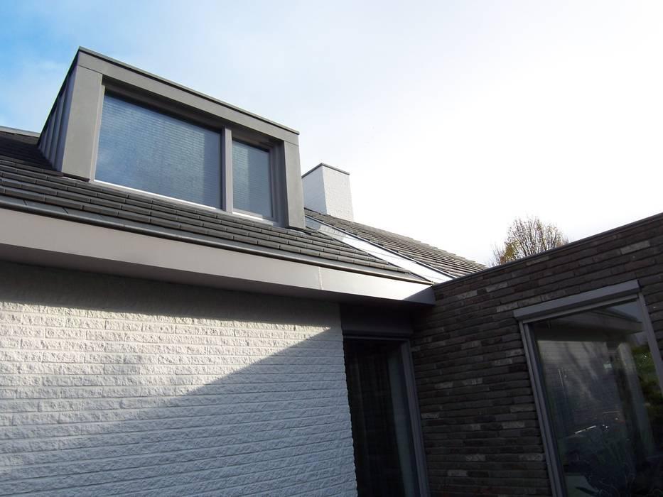 detail aansluiting uitbreiding, dakkapel en lichtstraat: modern  door EIKplan architecten BNA, Modern