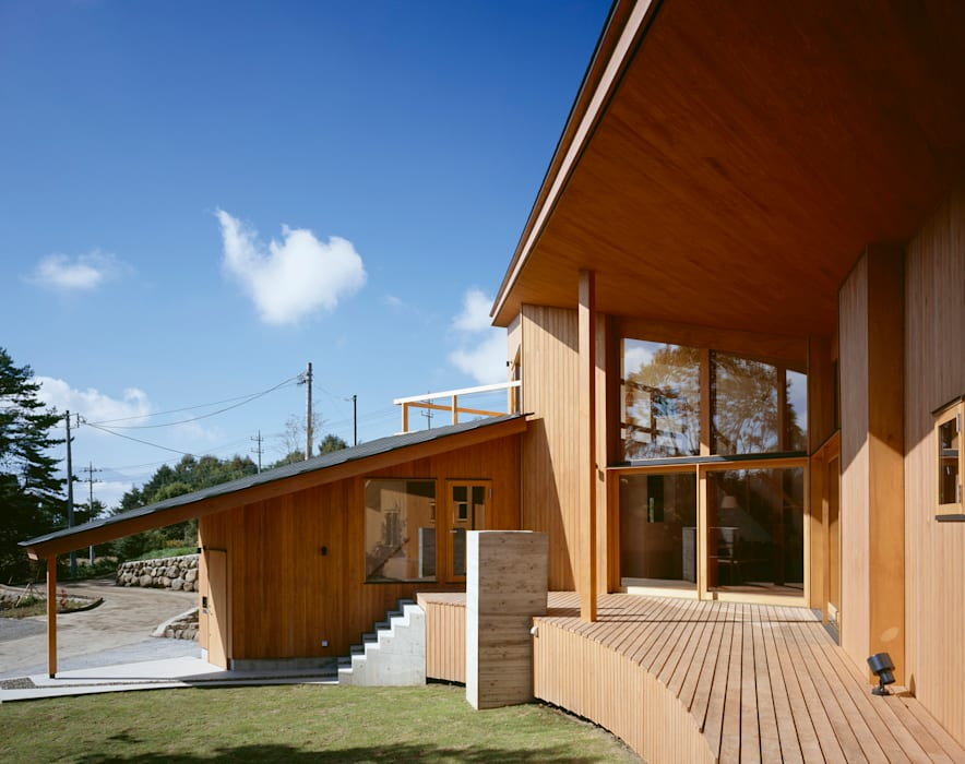 Villa Boomerang Moderner Balkon, Veranda & Terrasse von 森吉直剛アトリエ/MORIYOSHI NAOTAKE ATELIER ARCHITECTS Modern
