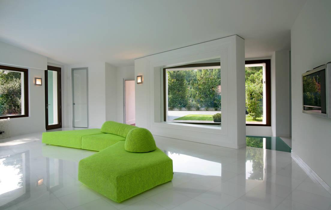 Casa C: Soggiorno in stile  di Damilano Studio