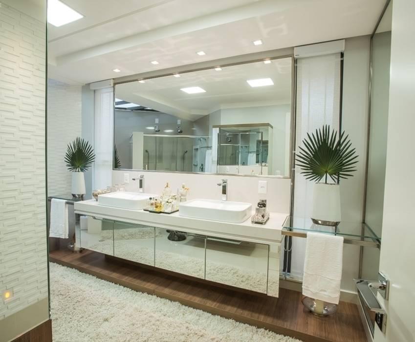 BANHEIRO DA SUÍTE DO CASAL Banheiros modernos por Élcio Bianchini Projetos Moderno