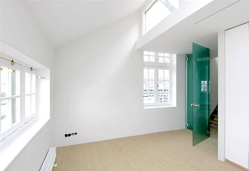 Loft in oude textielfabriek:  Slaapkamer door Archivice Architektenburo