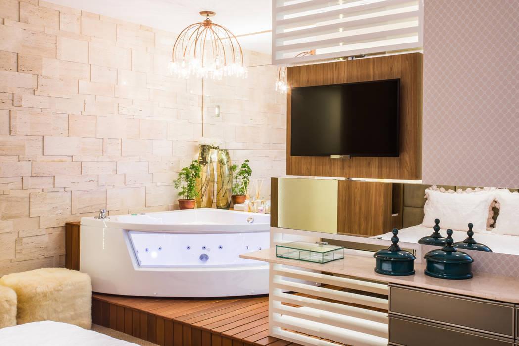 SUÍTE MASTER: Banheiros  por Élcio Bianchini Projetos