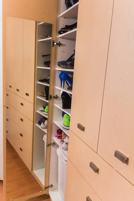 Los closets: Vestidores y closets de estilo moderno por Mikkael Kreis Architects