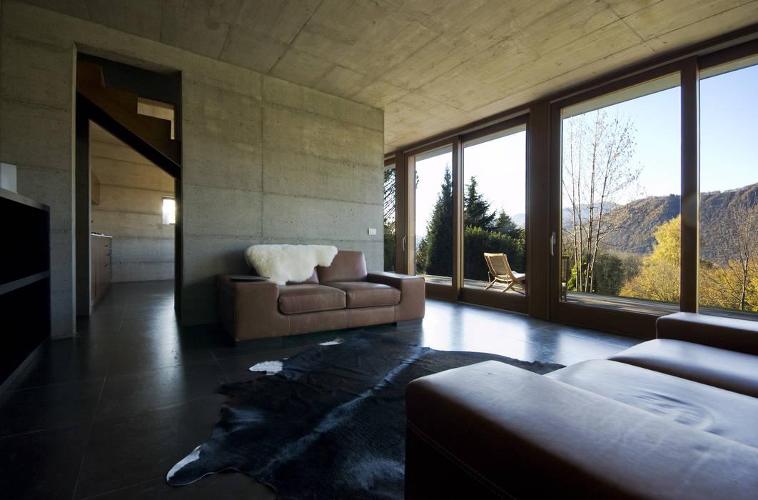 Casa per le vacanze a Pettenasco PRR Architetti - Stefano Rigoni Sara Pivetta Stefania Restelli Soggiorno moderno