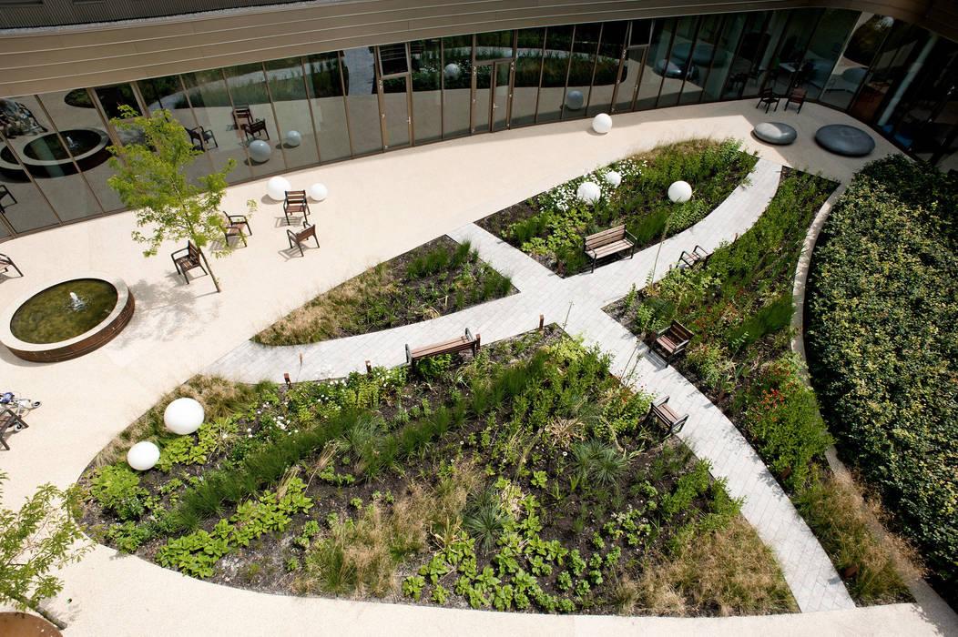 Binnentuin voor dementerende ouderen Moderne gezondheidscentra van Andrew van Egmond (ontwerp van tuin en landschap) Modern