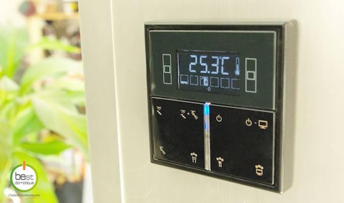 Thermostat et interrupteur multifonctions: Couloir et hall d'entrée de style  par BEst Domotique