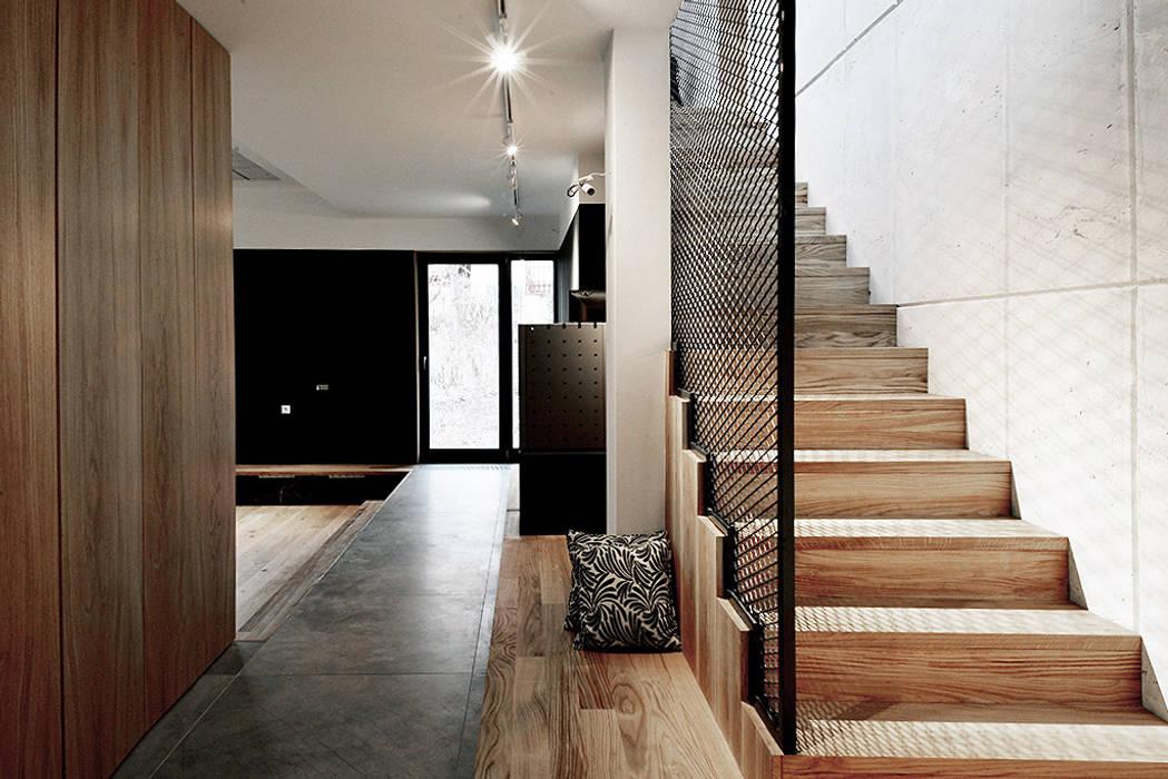 industrial style corridor, hallway & stairs by Konrad Muraszkiewicz Pracownia Architektoniczna Industrial