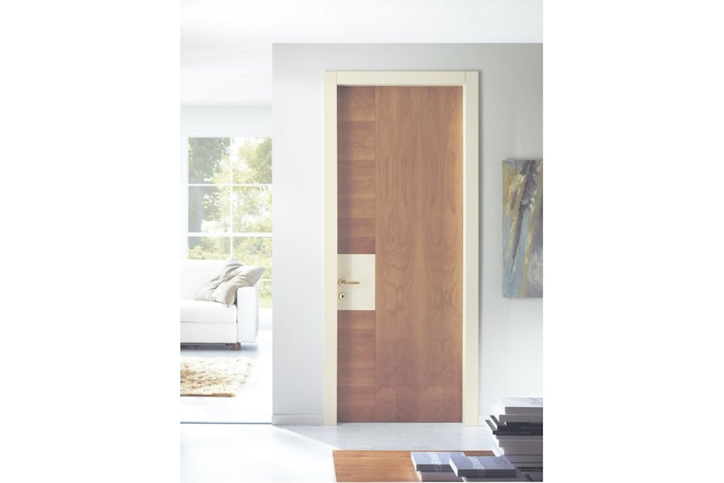 porta in legno King Laccata + Noce biondo: Finestre in stile  di TONDIN PORTE SRL con unico socio