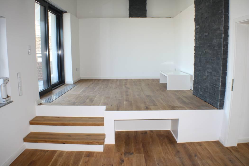 Podest wohnzimmer: moderne wohnzimmer von z-plus-architektur | homify