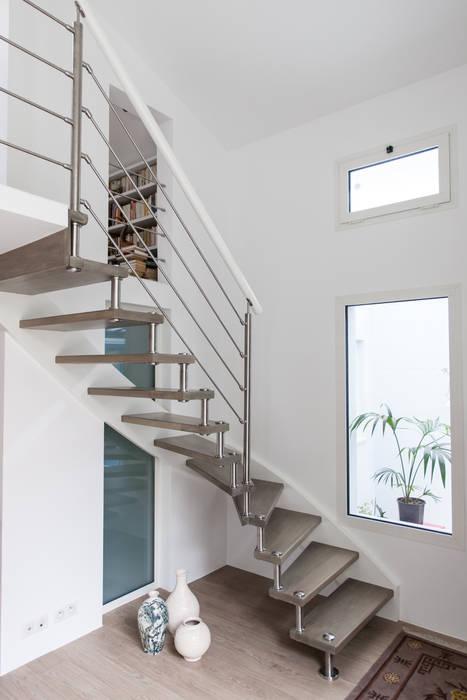 Création d'un escalier vers la mezzanine: Couloir et hall d'entrée de style  par Lise Compain