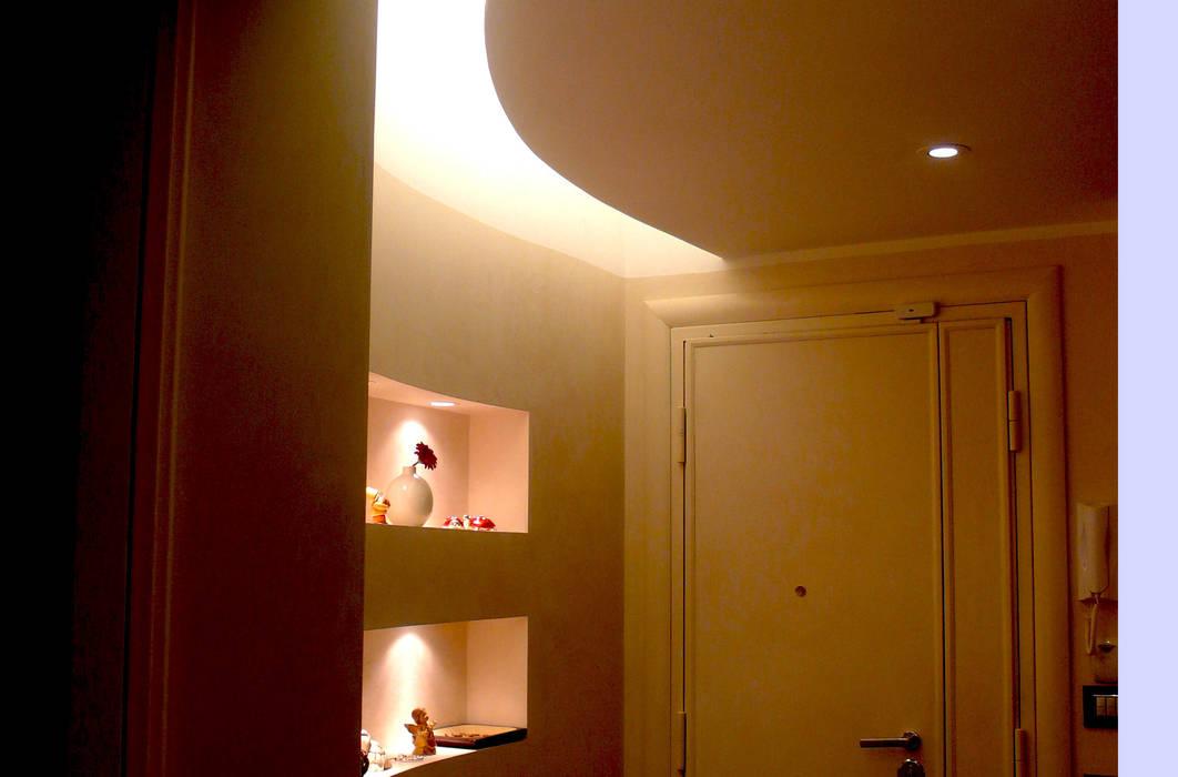 Intervento di ristrutturazione di un appartamento a Roma in via Delle Cave: Ingresso & Corridoio in stile  di NicArch