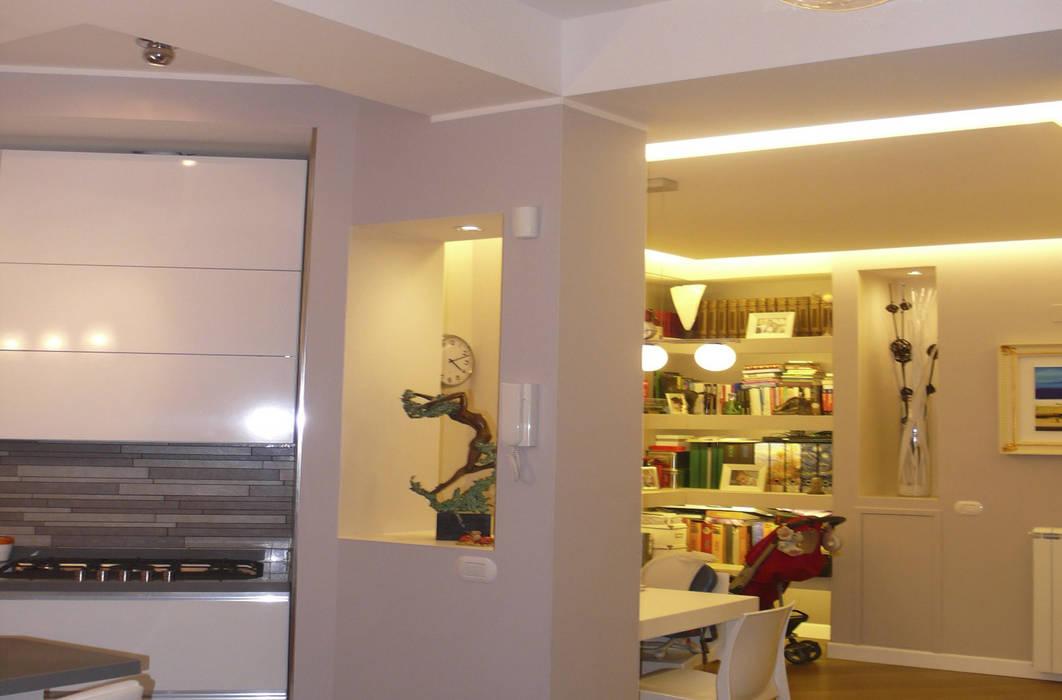 Intervento di Ristrutturazione di un appartamento zona Monteverde, a Roma .: Soggiorno in stile  di NicArch