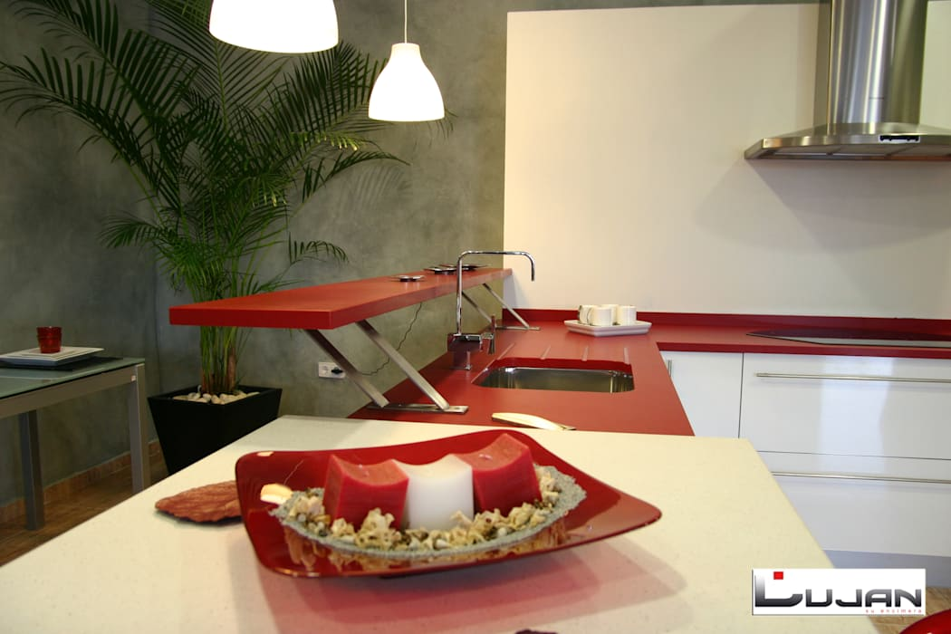 Barra alevada: Cocinas de estilo moderno de Lujan Marmoles