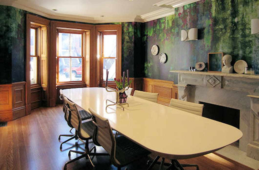 Moss one off wallpaper  Boston MA:  Eetkamer door Workingbert