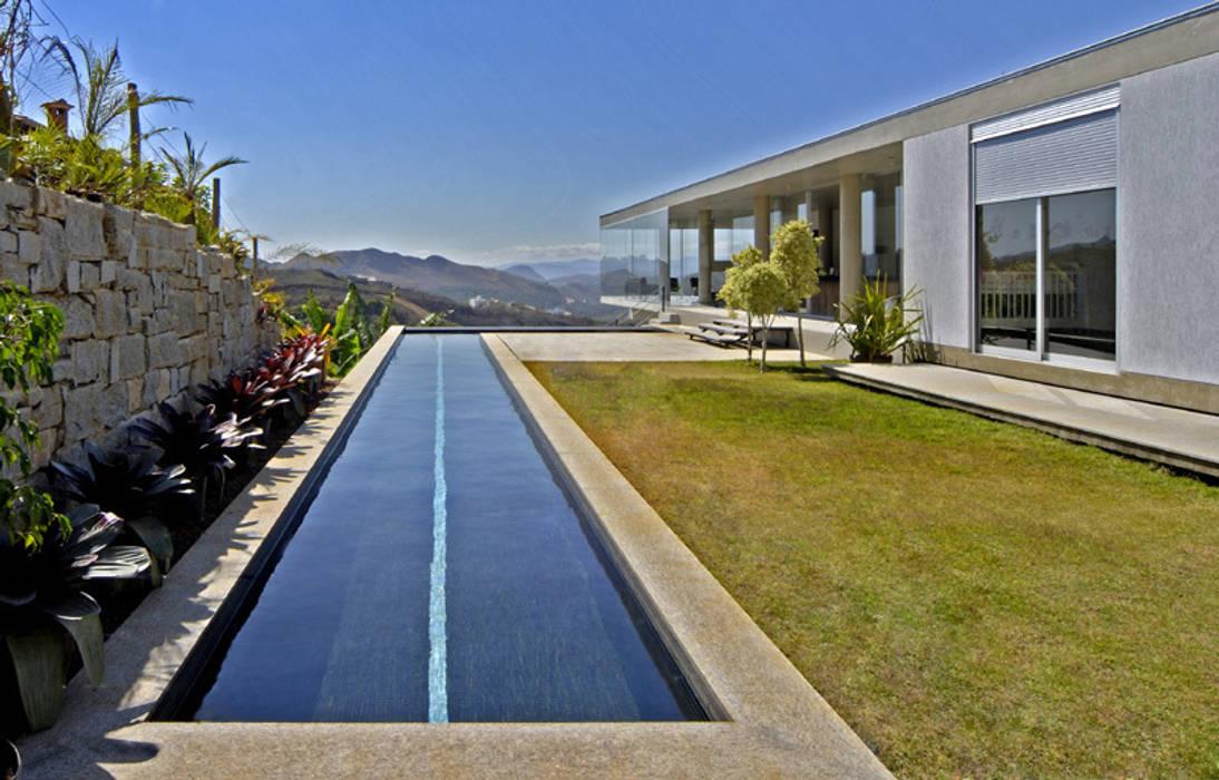 Vista a partir da área externa contígua à casa.: Casas  por Humberto Hermeto