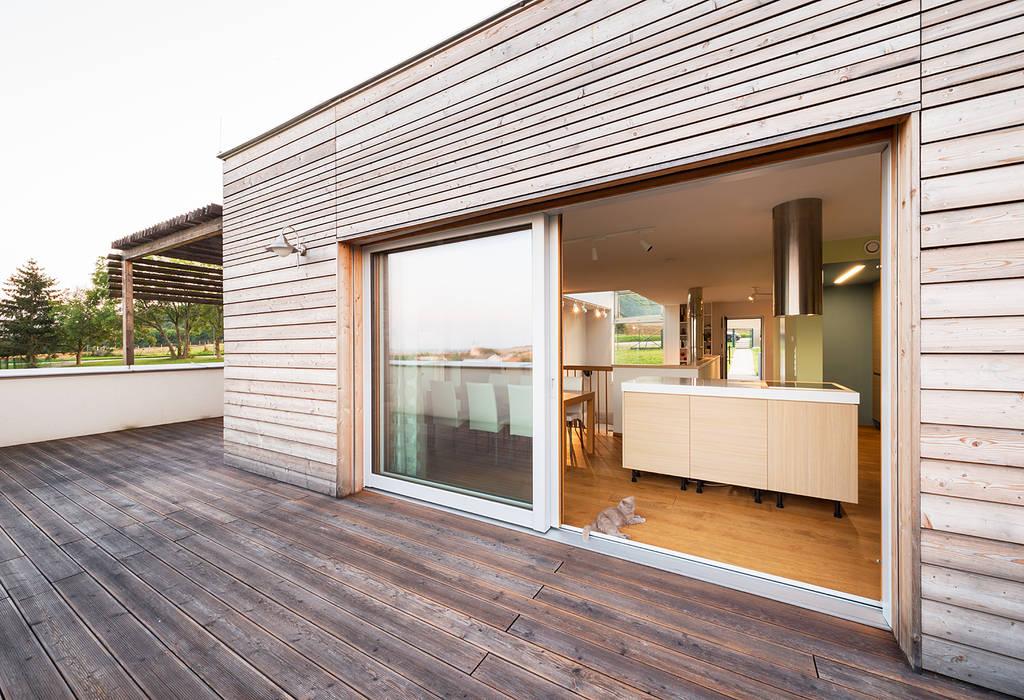 Energieeffizienter Landsitz bei Bratislava:  Terrasse von Abendroth Architekten,