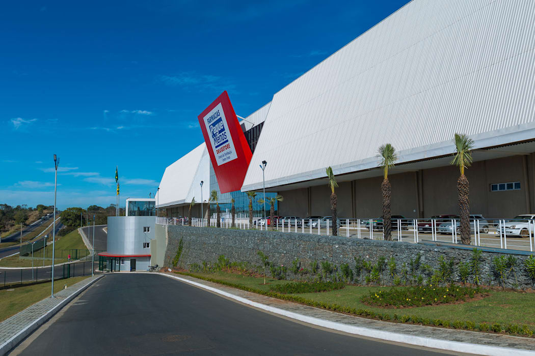 CD Pague Menos: Espaços comerciais  por LDBW – Luiz Deusdara Building Workshop,