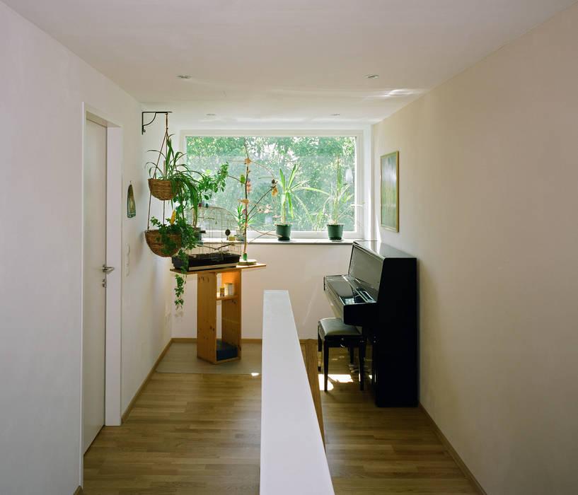 Passivhaus mit Sonnendeck in Gerasdorf Moderner Flur, Diele & Treppenhaus von Abendroth Architekten Modern