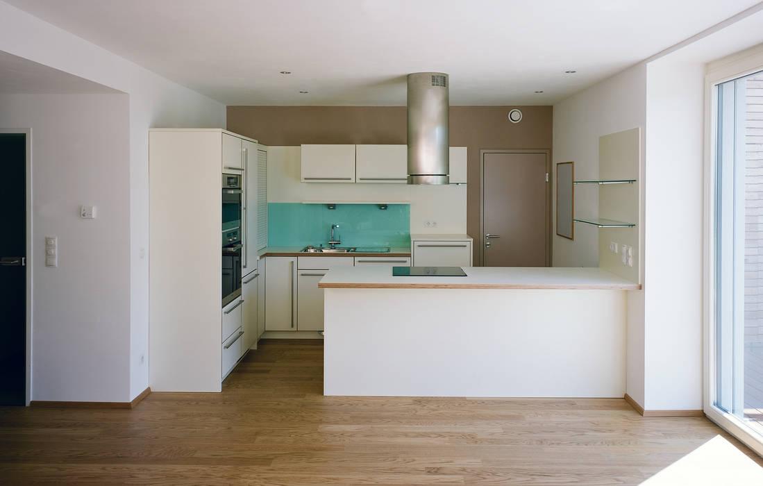 Passivhaus mit Sonnendeck in Gerasdorf Moderne Küchen von Abendroth Architekten Modern