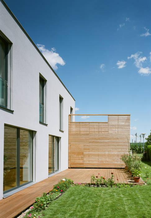 Passivhaus mit Sonnendeck in Gerasdorf Moderner Balkon, Veranda & Terrasse von Abendroth Architekten Modern