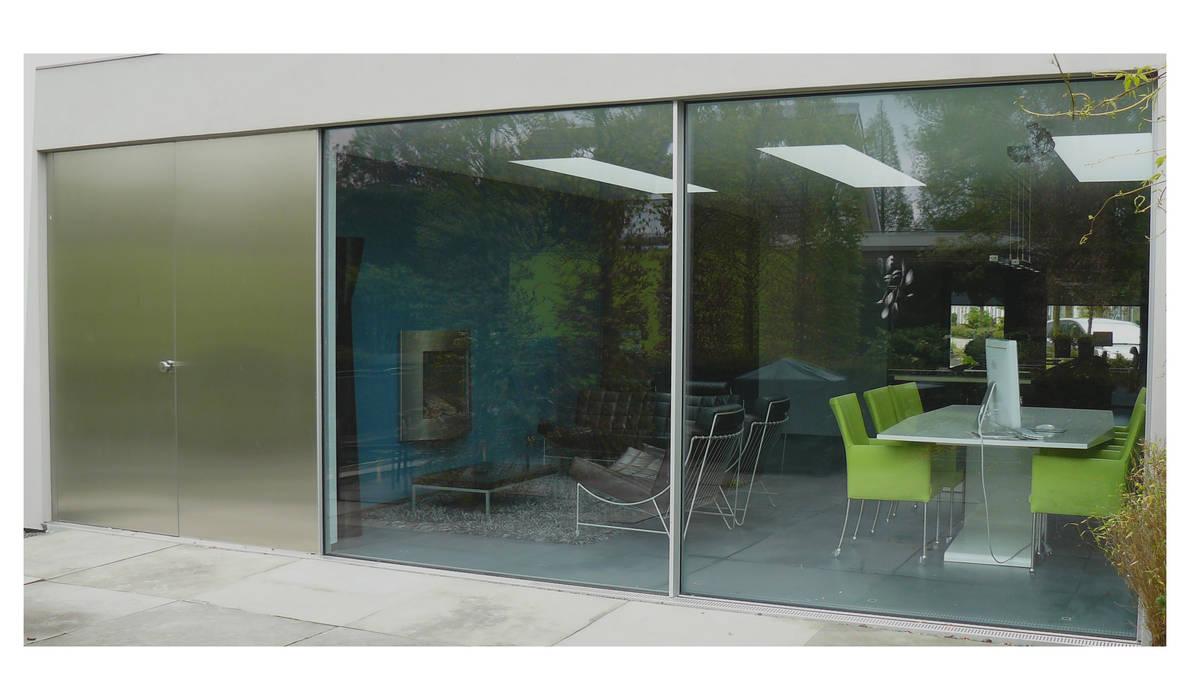 minimalistische uitbouw:  Woonkamer door Joris Verhoeven Architectuur