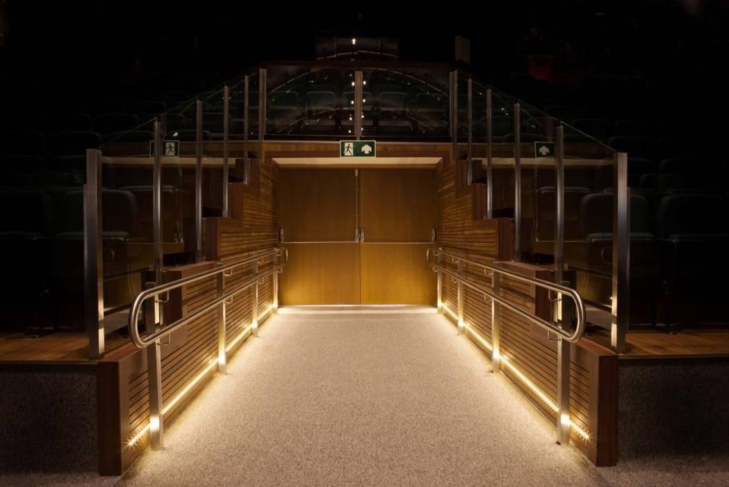 Entrada principal do teatro - Antecâmara: Centros de congressos  por Lazuli Arquitetura,