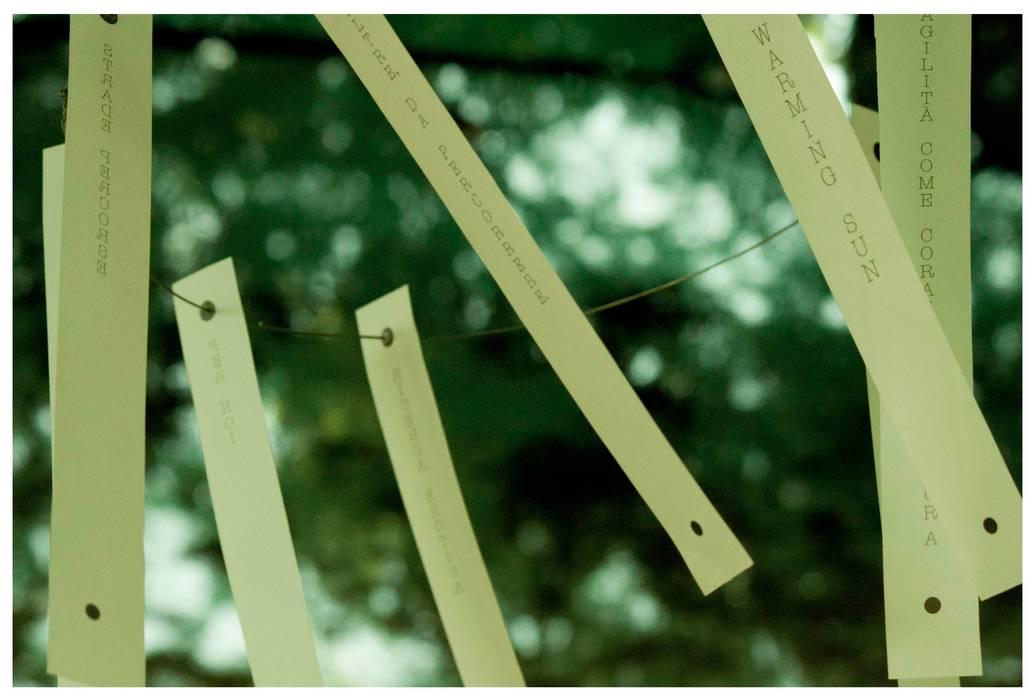 installazione - The Warming Sun: Giardino in stile in stile Minimalista di Michela Brondi