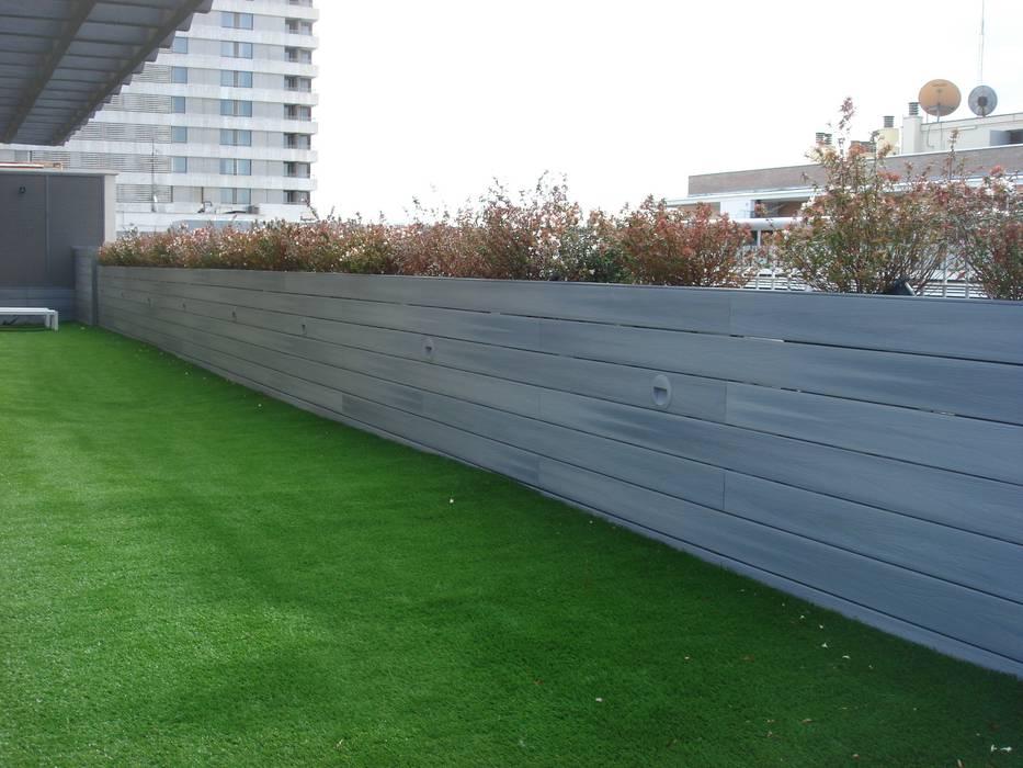 Cesped artificial y tarima Palos en Danza Balcones y terrazas de estilo moderno