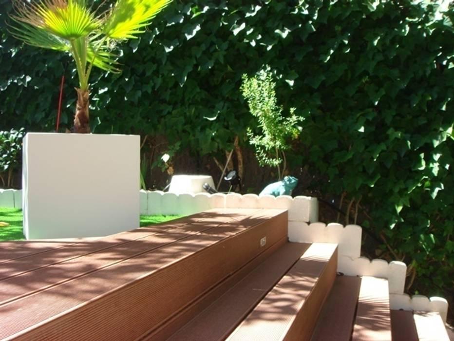 Detalle de escalera con tarima Palos en Danza Jardines de estilo moderno