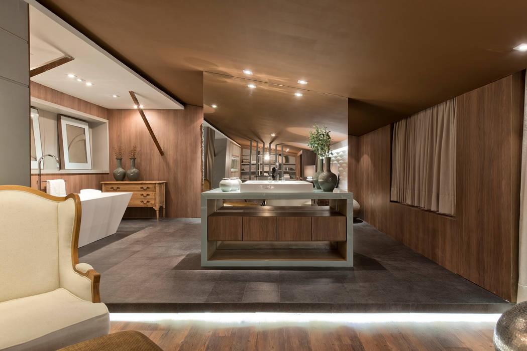 Loft de 250m²: Banheiros  por Riskalla & Mueller Arquitetura e Interiores ,Moderno