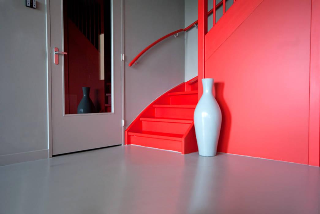 Pasillos, vestíbulos y escaleras de estilo minimalista de CioMé Minimalista