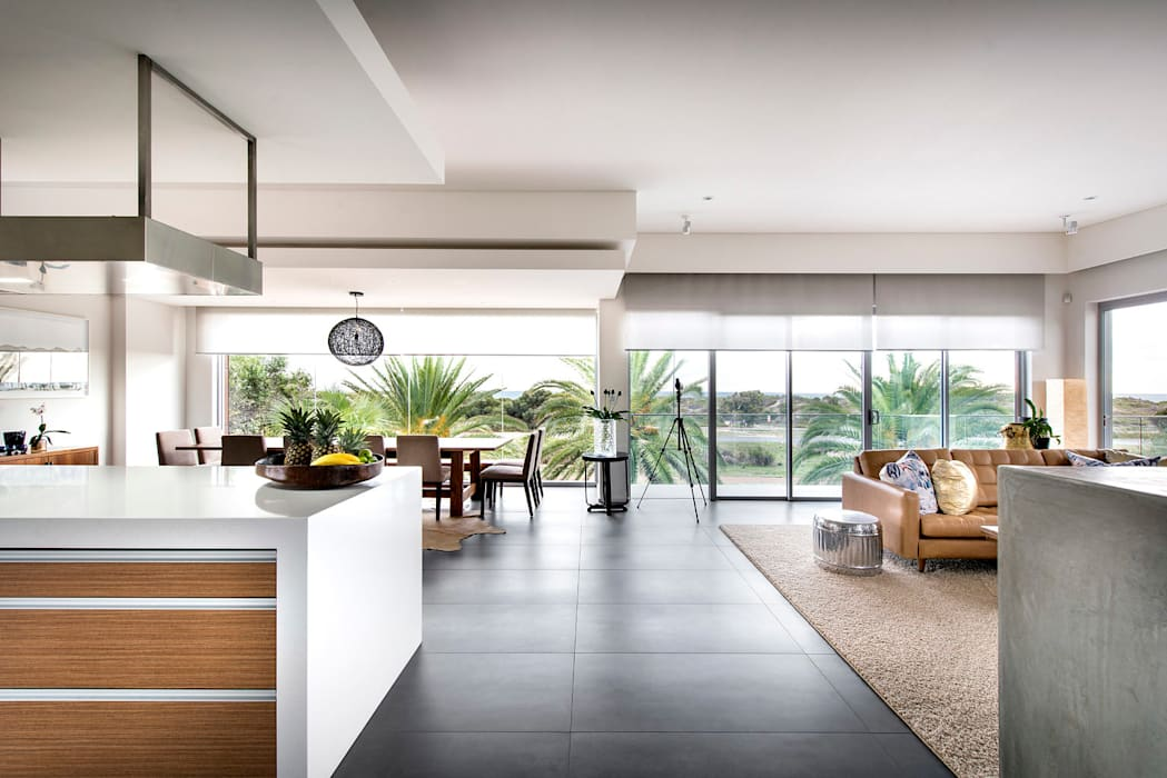 Open plan living:  Living room by D-Max Photography,