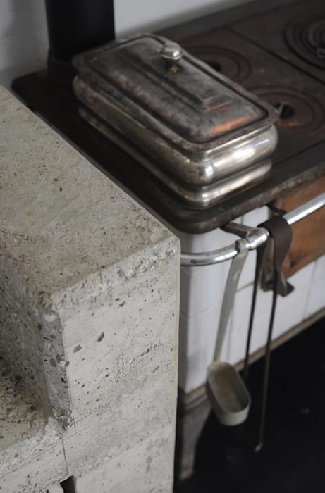 stufa economica: Sala da pranzo in stile in stile Rustico di supercake