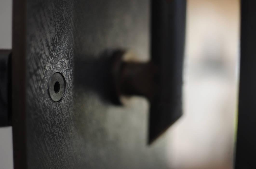 scala e corrimano in ferro nero: Ingresso & Corridoio in stile  di supercake