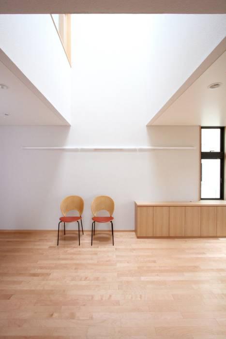 光あふれる吹抜空間: 中川龍吾建築設計事務所が手掛けたダイニングです。