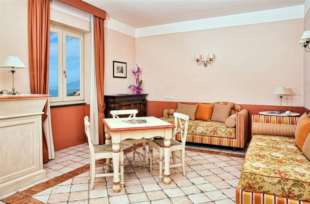"""decoro """"manola"""" e sfondo spugnato color mattone: Soggiorno in stile in stile Classico di surrena terracotta falisca srl"""