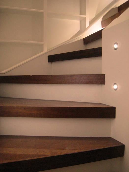 Stair Detail with Lights Pasillos, vestíbulos y escaleras modernos de Arc 3 Architects & Chartered Surveyors Moderno
