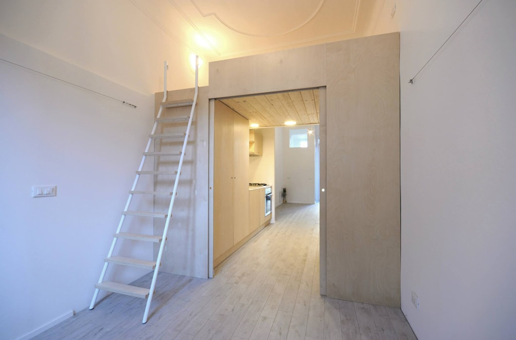 vista sul soppalco e il blocco cucina: Camera da letto in stile in stile Minimalista di supercake