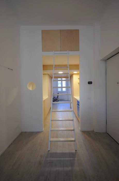 vista dal soggiorno verso la cucina: Sala da pranzo in stile in stile Minimalista di supercake