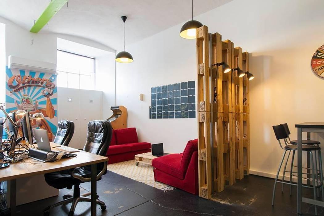 Zona Lounge e de Trabalho Traço Magenta - Design de Interiores Escritório e loja Cinzento