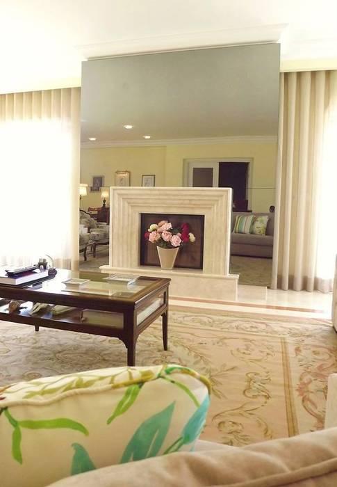 Ruang Keluarga Klasik Oleh Traço Magenta - Design de Interiores Klasik
